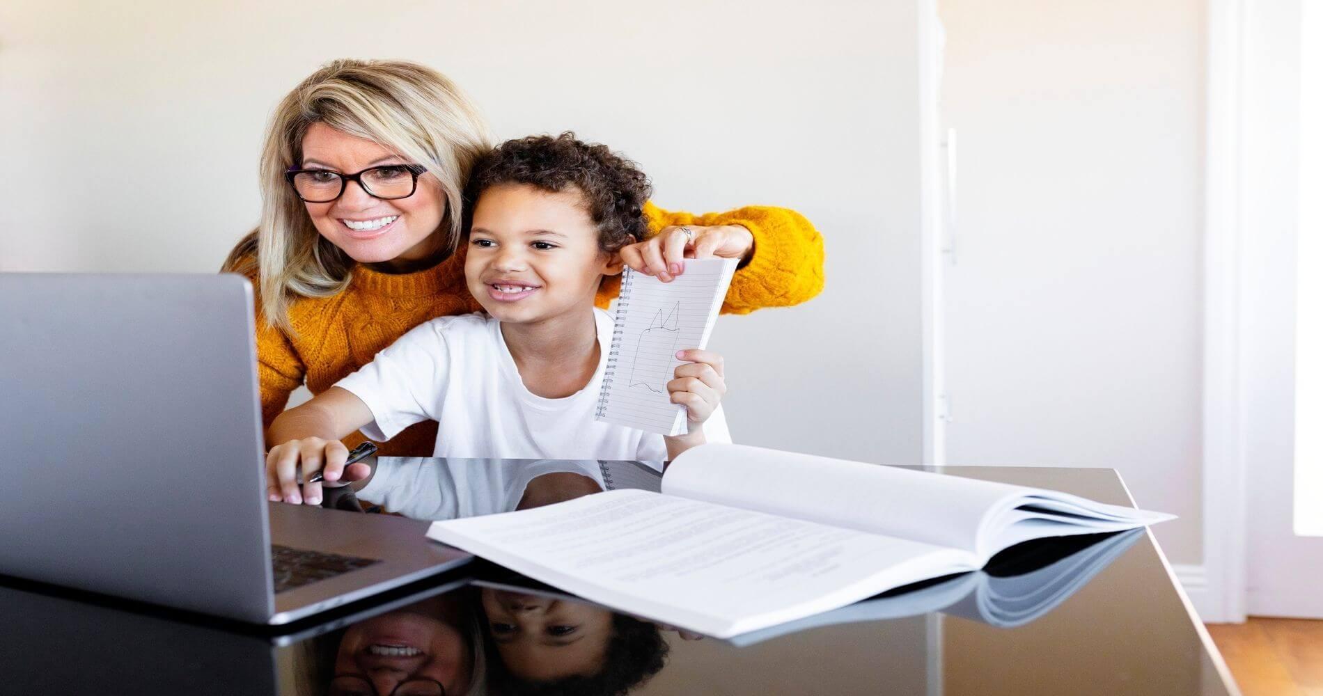 femme et enfant etudiant devant un ordinateur